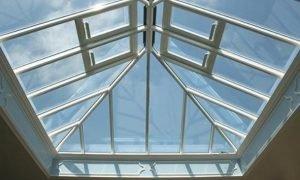 Read more about the article Tôn nhựa lấy sáng – Những ưu điểm của vật liệu lợp mái hiện đại này.